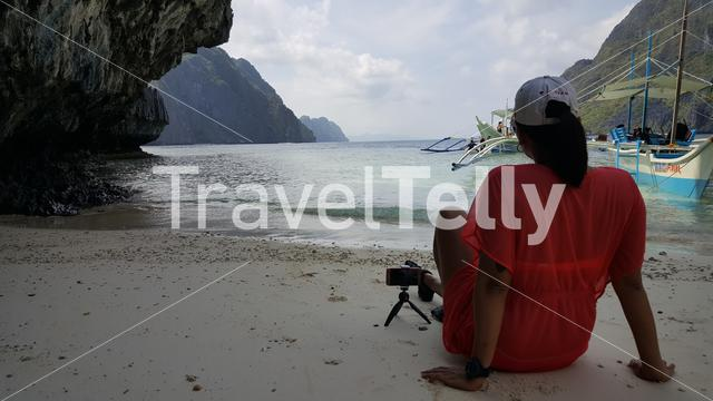 Philipina woman relax on beach of El Nido
